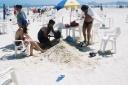 Sidney de Castro, Rosemeire de Castro, Daniele Alves de Castro, Gustavo Alves de Castro, - enterrado na areia - Praia Enseada, Guarujá