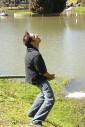 Mauro Felão Junior, - urinando no lago - Capivari, Campos do Jordão